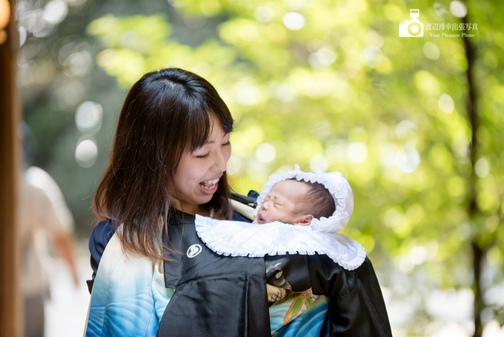 お宮参りで赤ちゃんを抱いている女性の写真