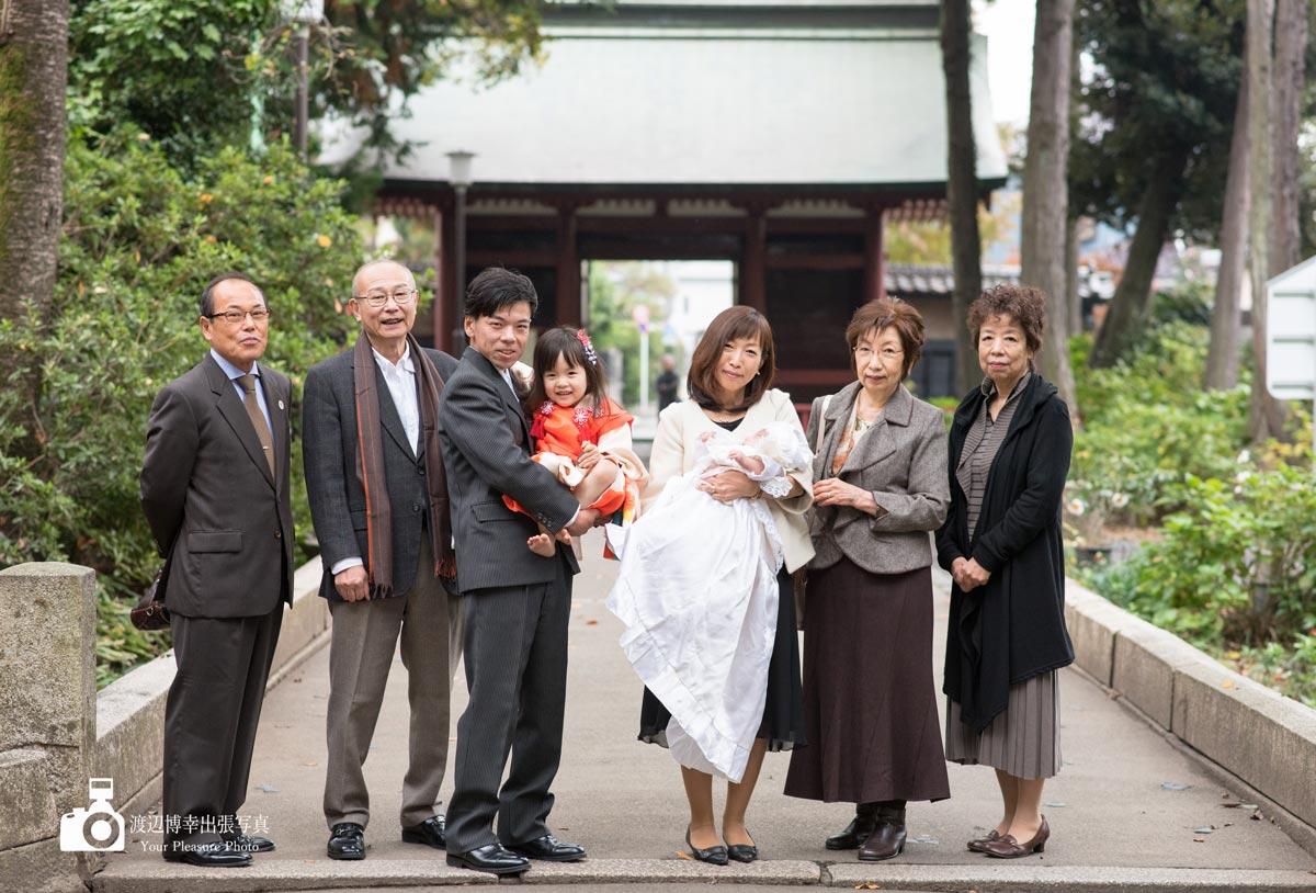 お宮参りの家族の写真