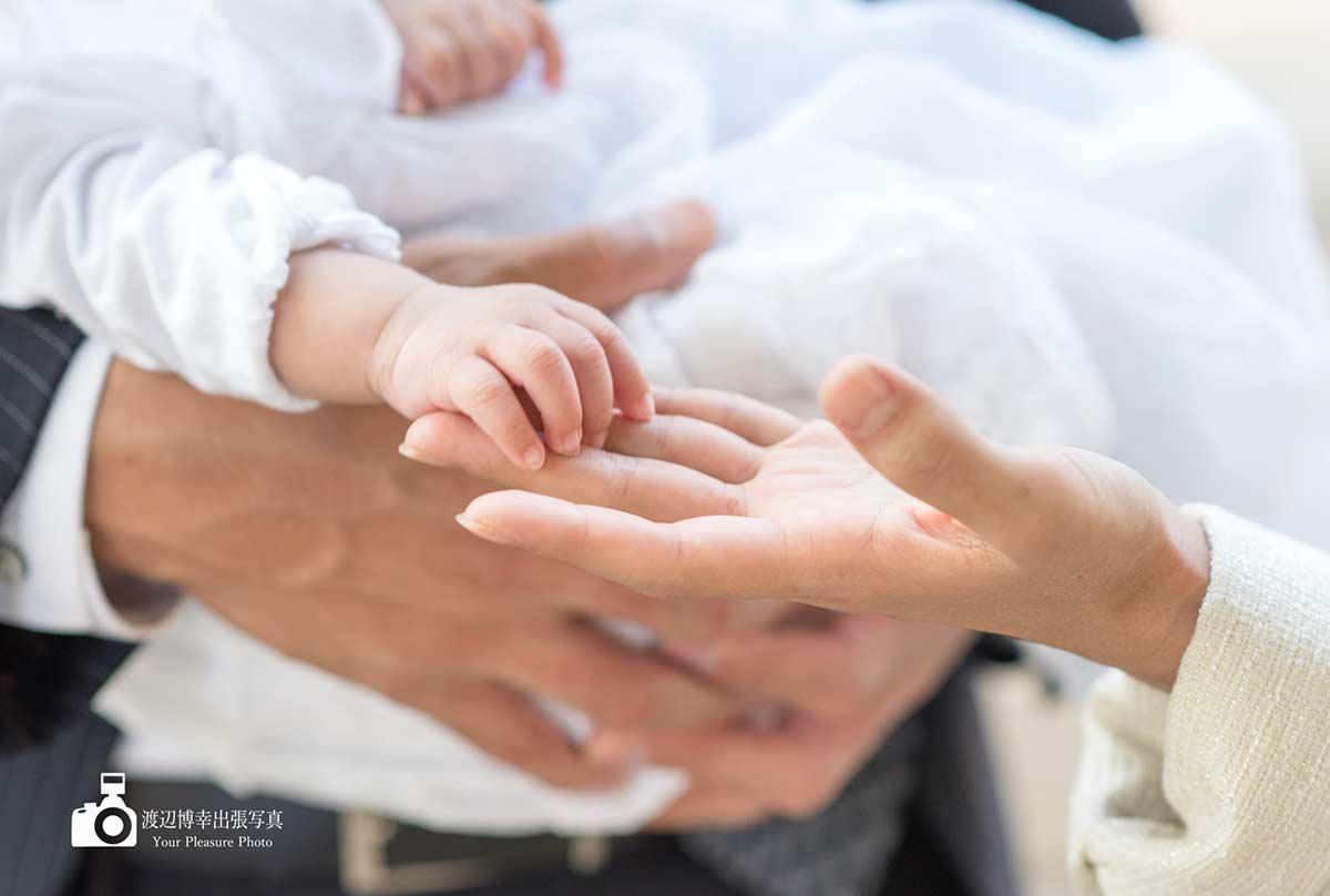 赤ちゃんとママの手のアップ