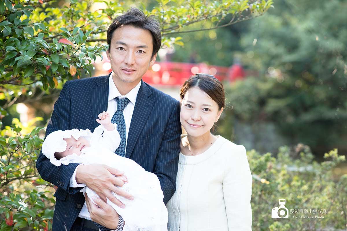 パパに抱かれる赤ちゃんと隣りにいるママ