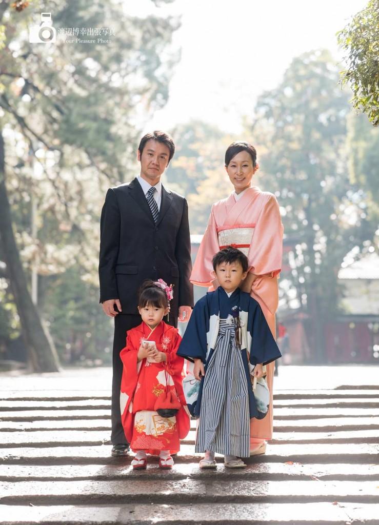 石畳の上で立っている七五三の家族