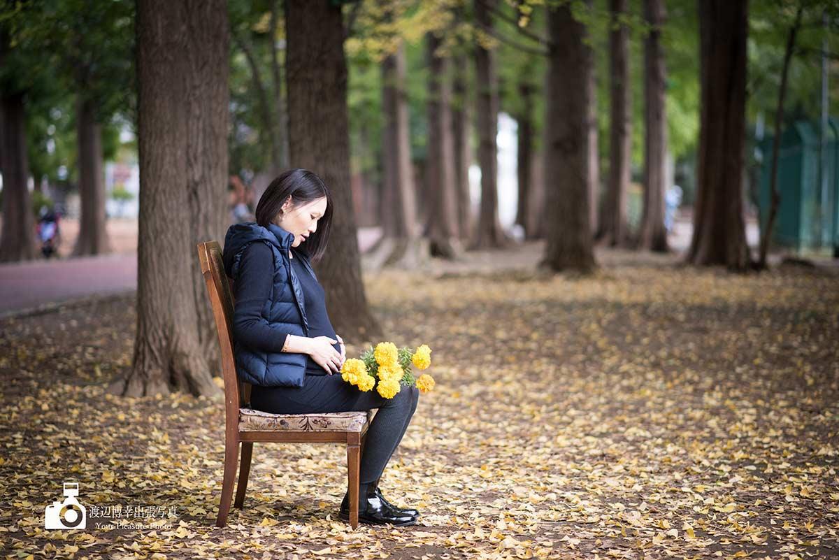 椅子に座っているマタニティの女性