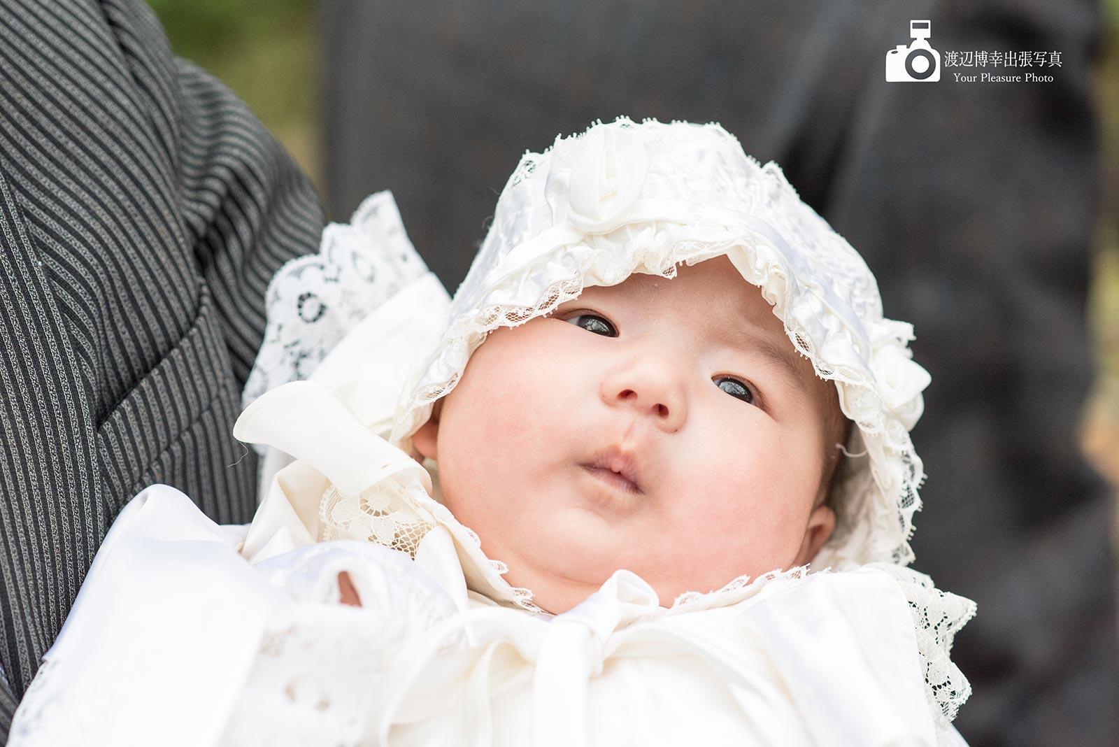 お宮参りで掛着を着た赤ちゃんの写真