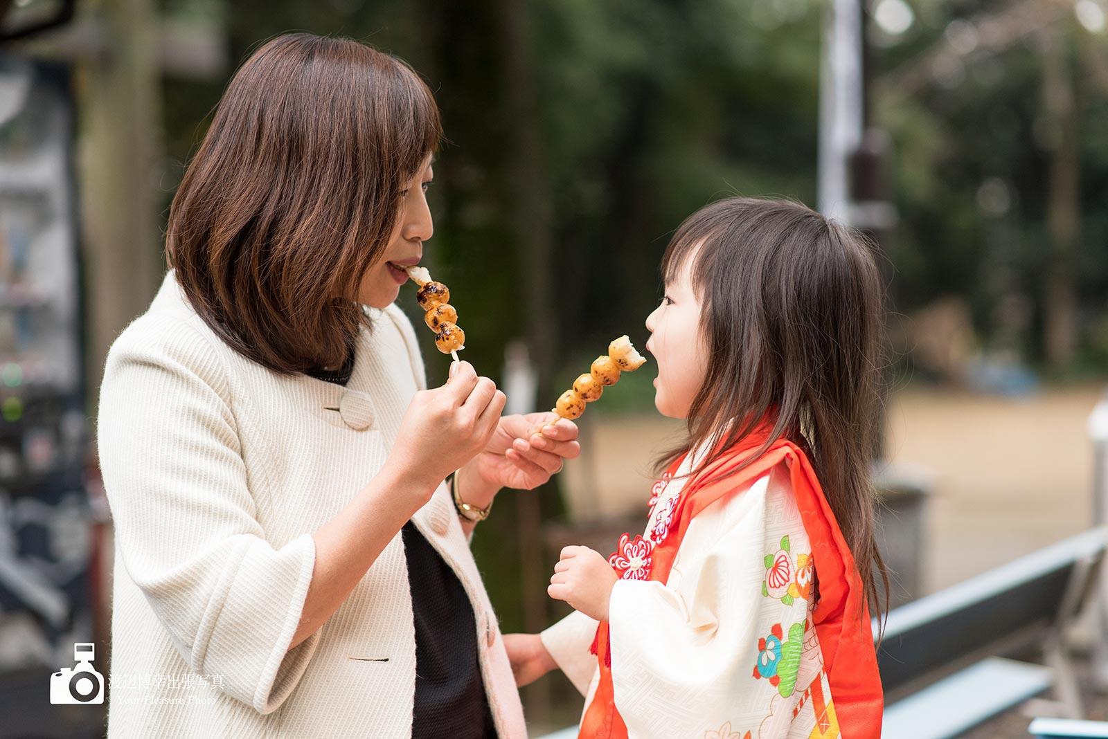 お団子を食べる母と着物姿の女の子