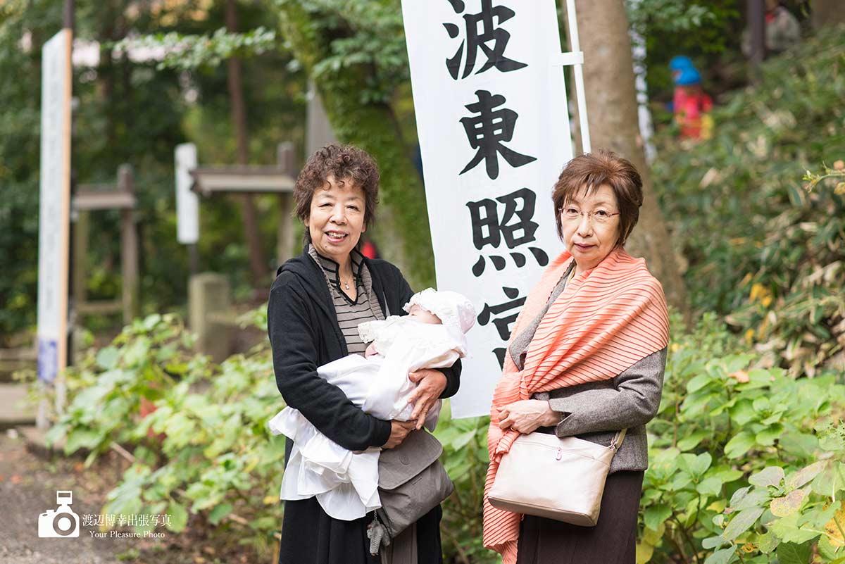 お宮参りの二人の祖母と赤ちゃん