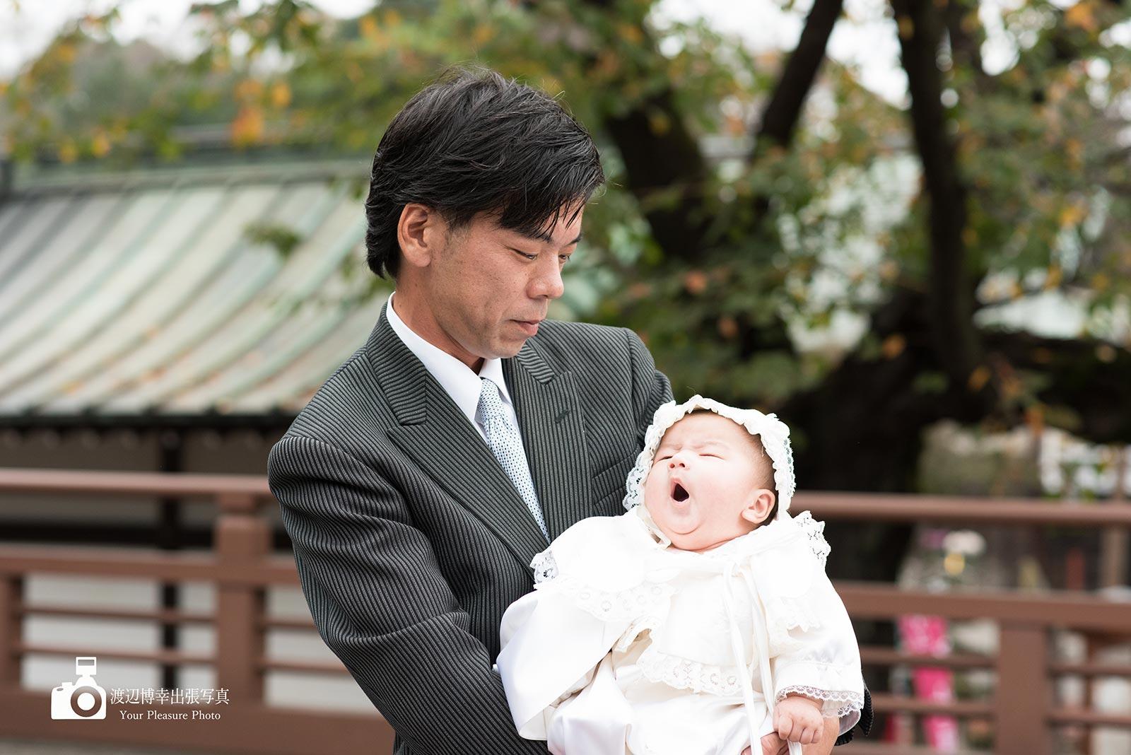 赤ちゃんを抱くお宮参りの父