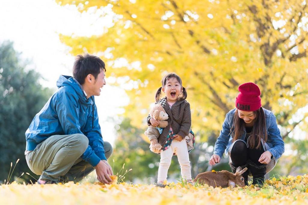 イチョウの葉の上の3人家族とウサギ