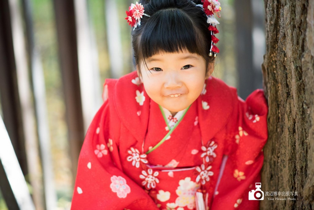 赤い着物を着た女の子