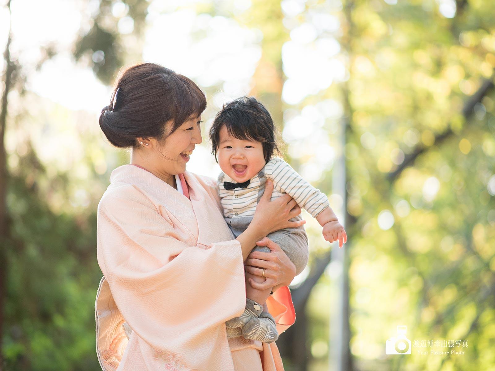 着物姿のママに抱かれている赤ちゃん