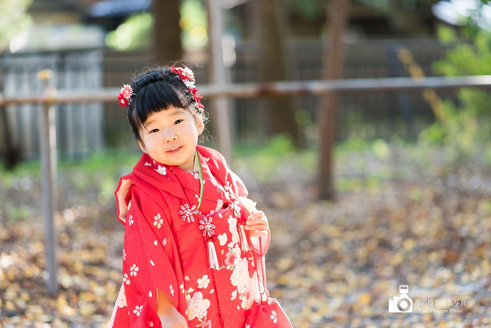 赤い着物を着た七五三の女の子