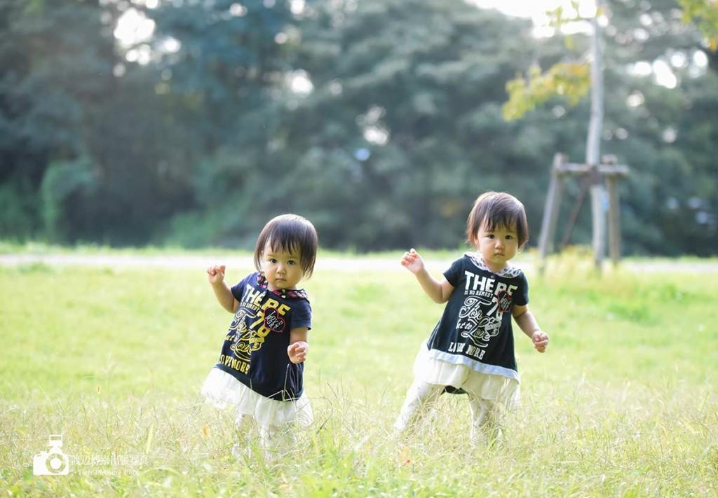 公園の草むらの上の双子