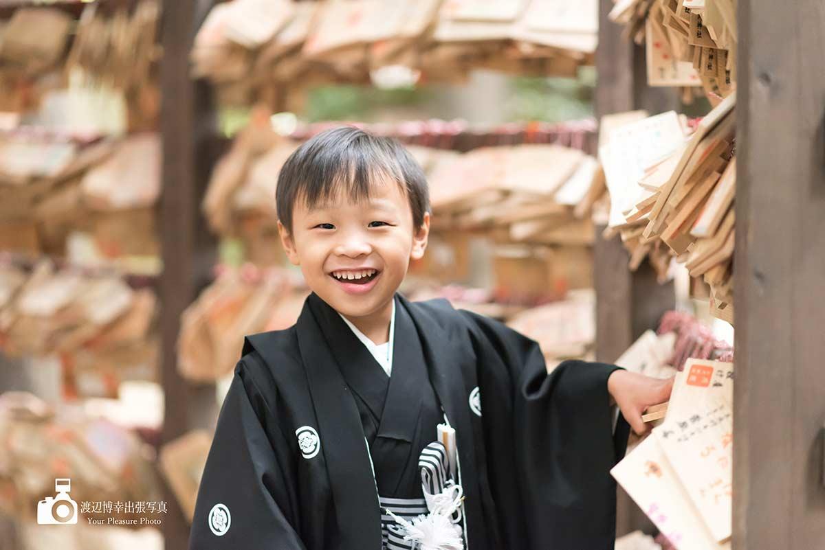 川越氷川神社の絵馬トンネルと七五三の着物姿の男の子