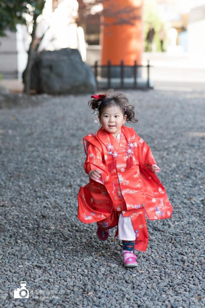 赤い着物で走る七五三の女の子
