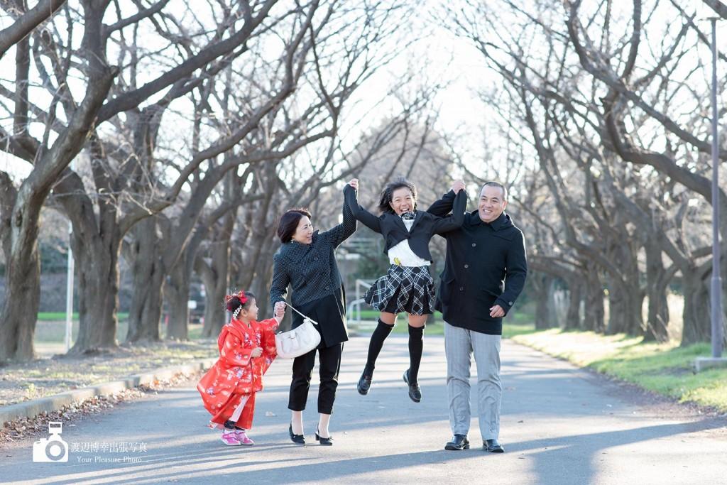 4人で手を繋いで1人ジャンプする女の子