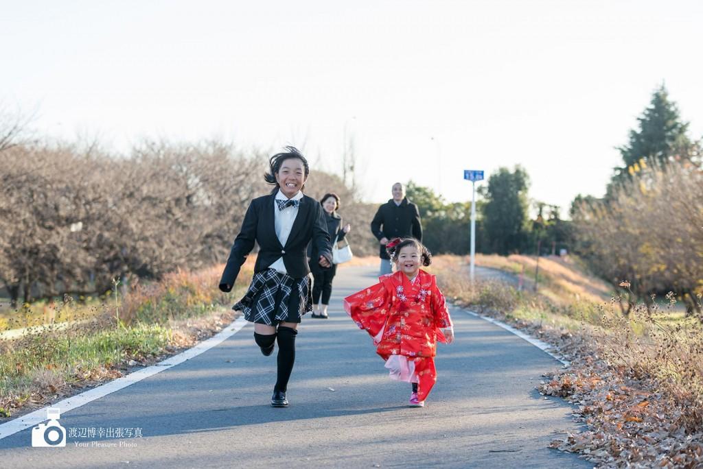 土手の上を走る姉妹