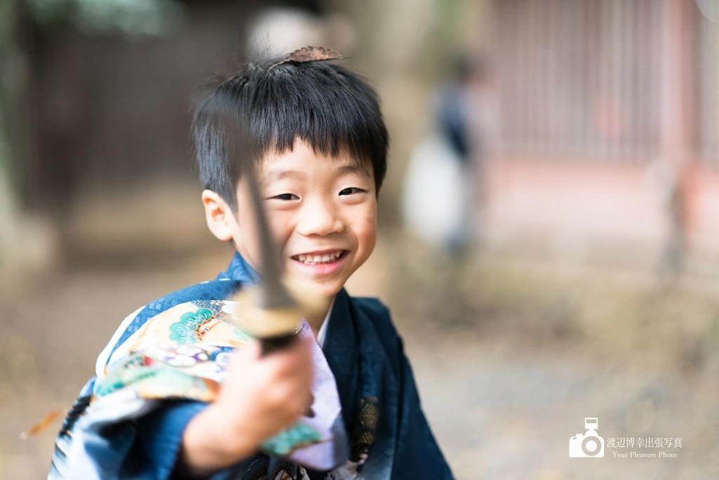 おもちゃの刀で遊ぶ男の子