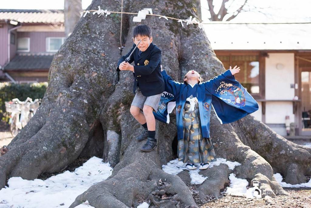 大きな木の下の兄弟
