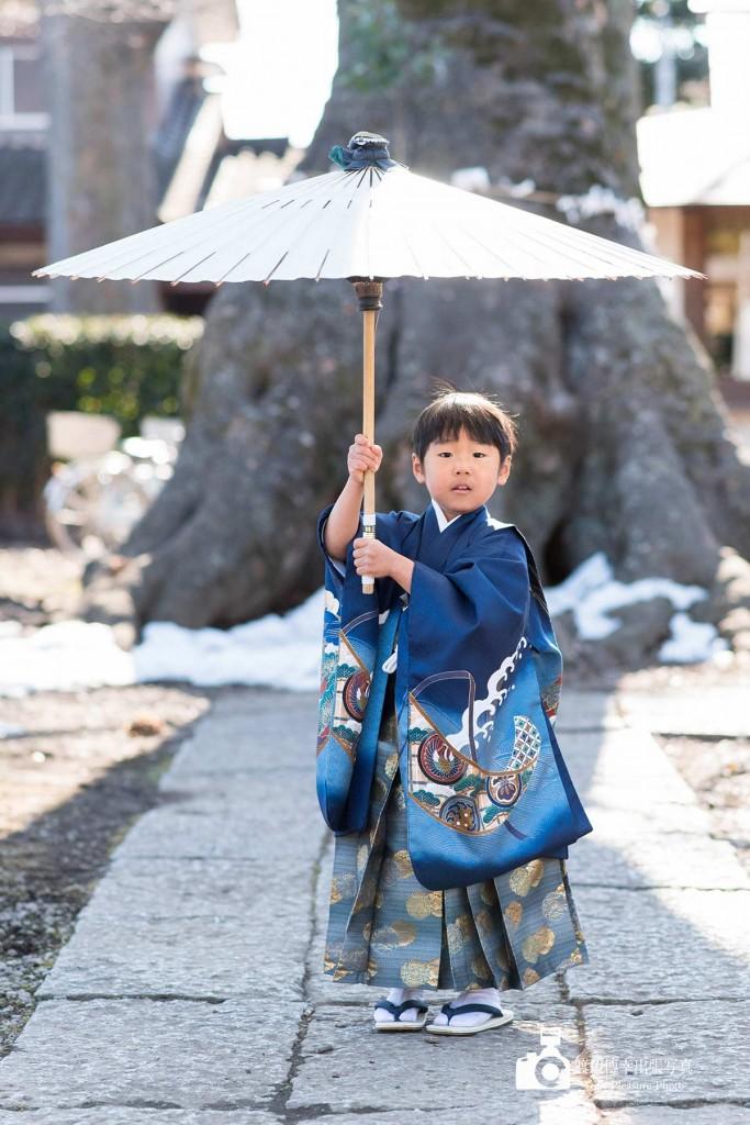 番傘をさす七五三の着物姿の男の子