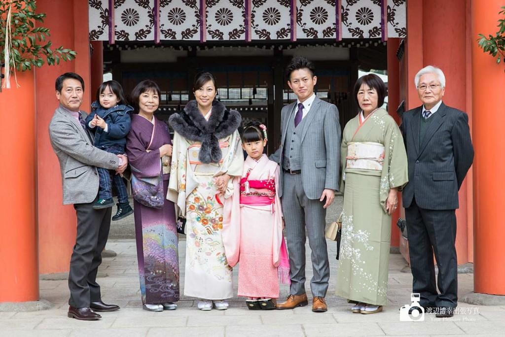 大宮氷川神社の山門で記念写真を撮る七五三の家族