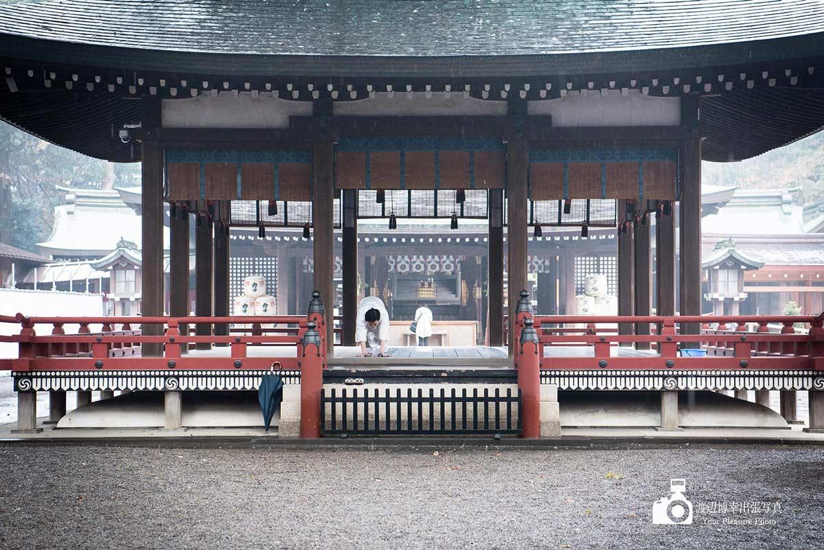大宮氷川神社の舞殿を雑巾掛けする神職