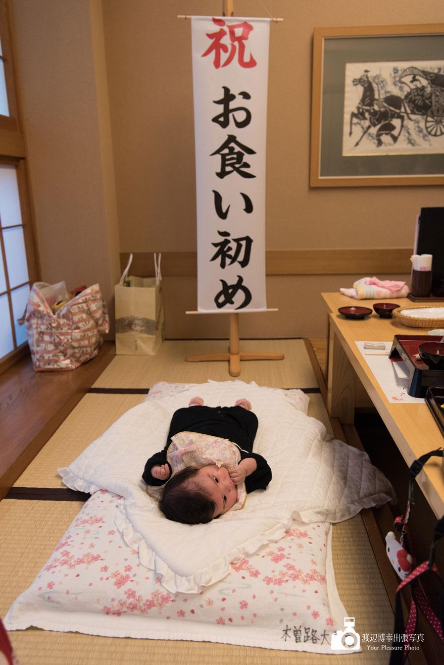 お食い初めの会場で寝ている赤ちゃん