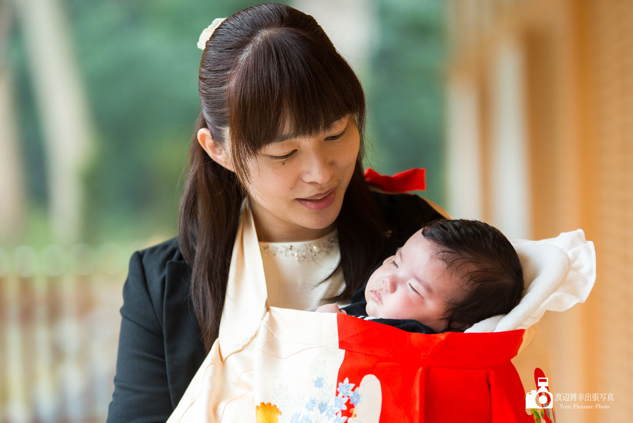 お宮参りのお母さんと赤ちゃん