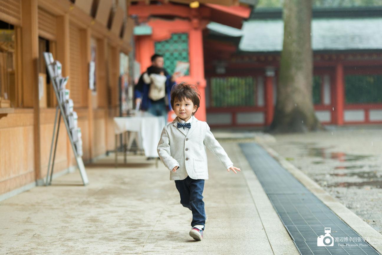 神社で走る男の子