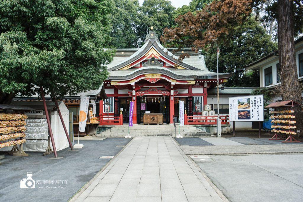 美しい空間の神社でお宮参りの撮影