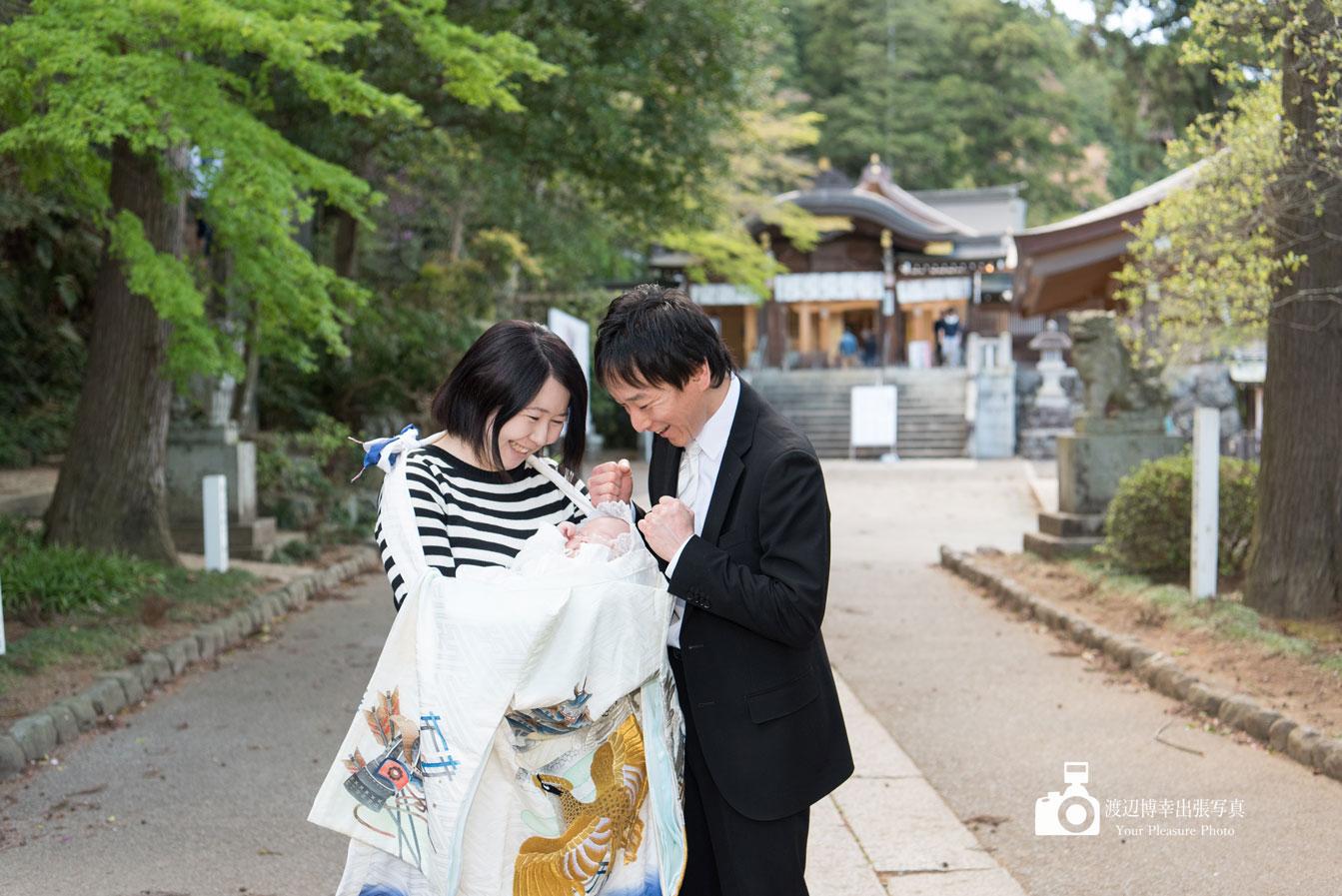高麗神社でお宮参りをしているパパとママ