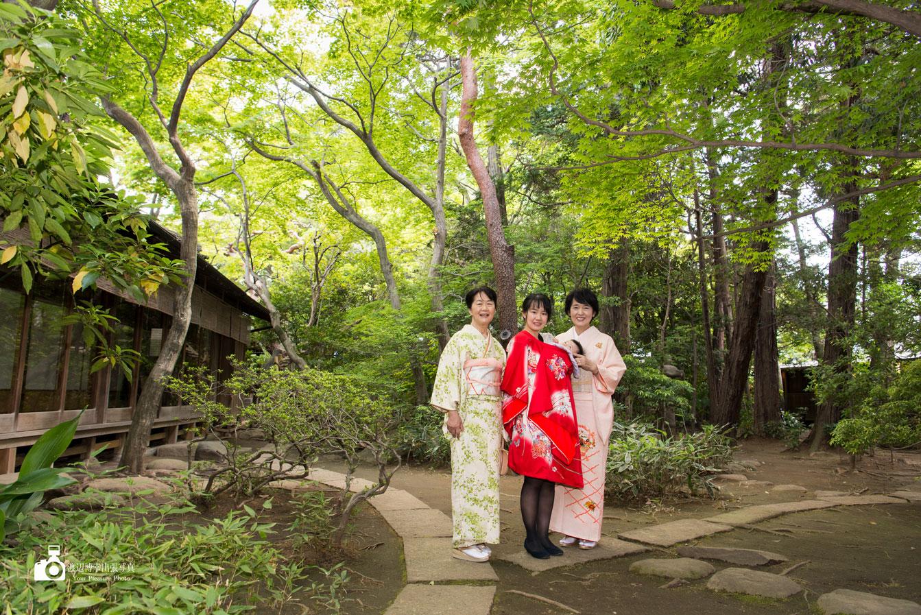 料亭の庭で写真に写る3人の女性