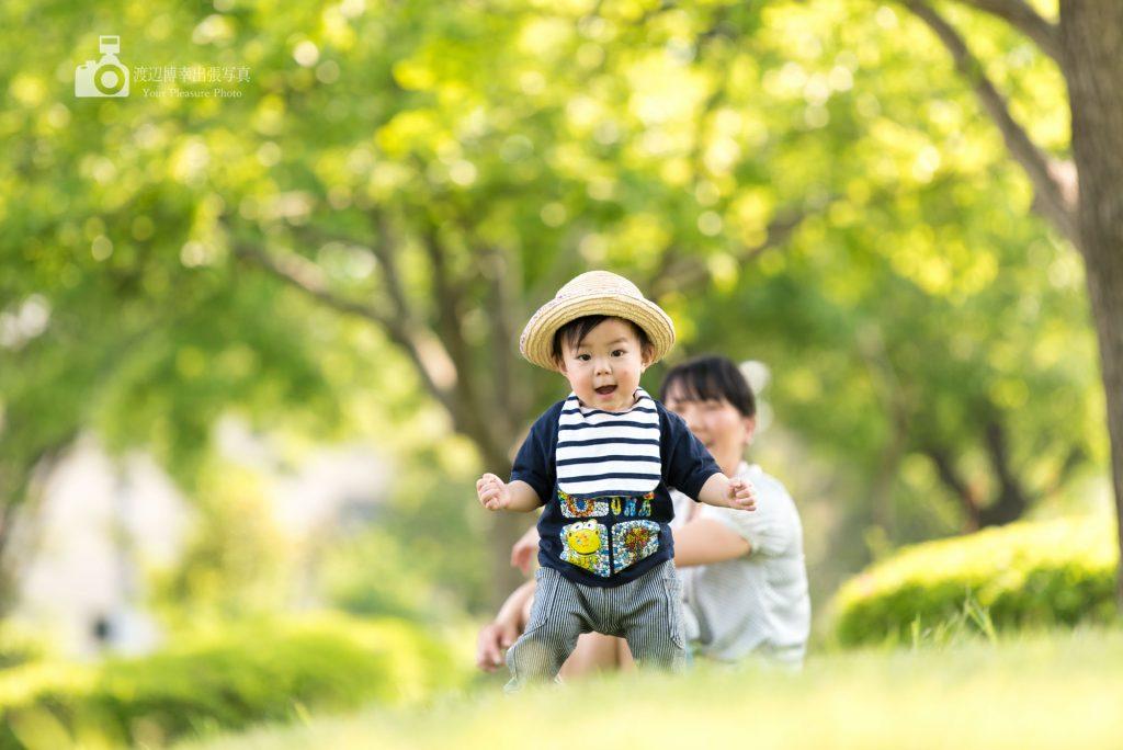 ひとり歩きをする赤ちゃん