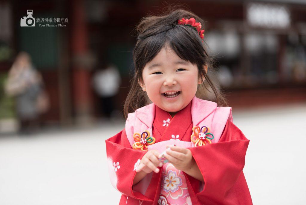 赤い着物姿の女の子の笑顔