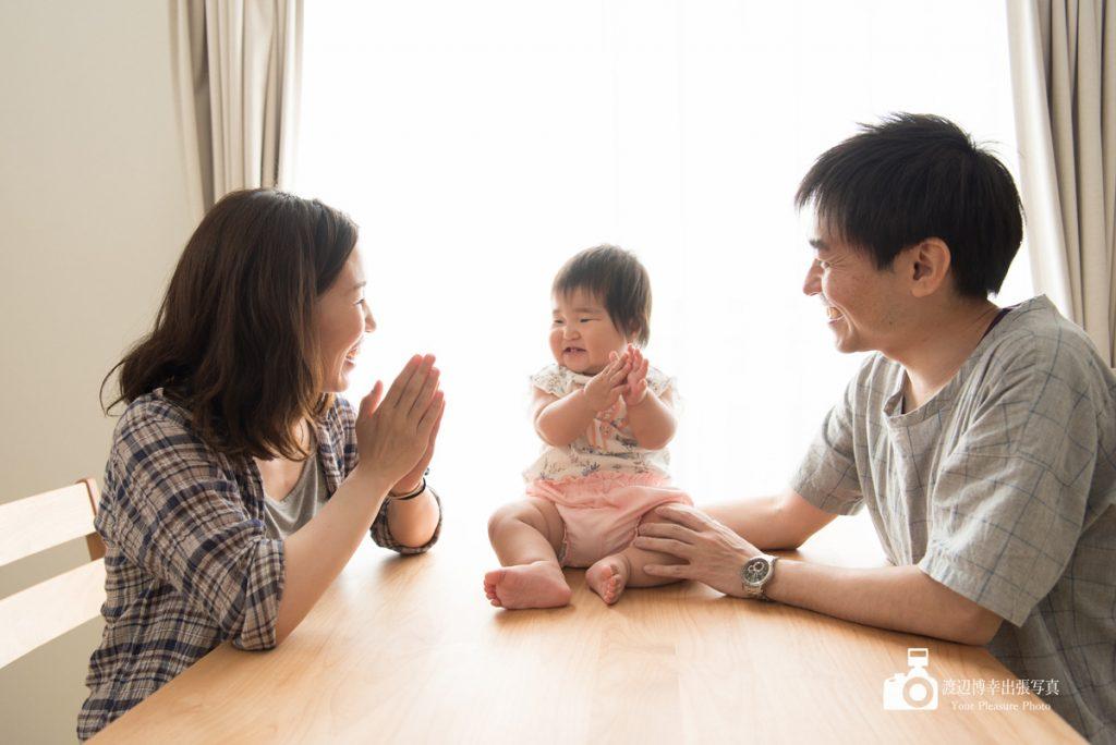 テーブルの上で笑う赤ちゃん
