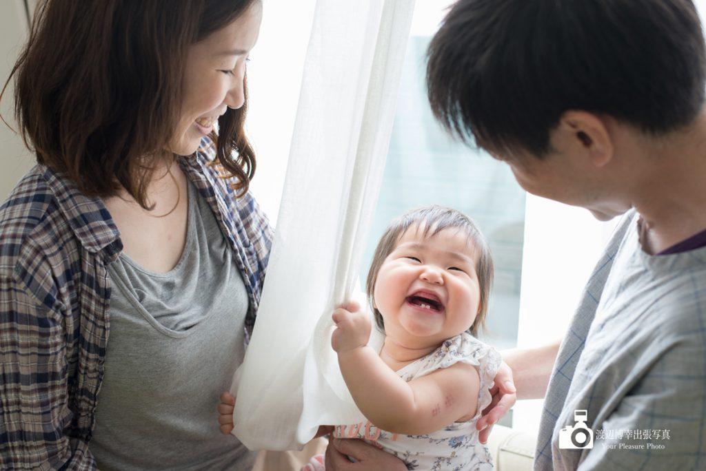 パパとママに見守られて笑顔の赤ちゃん