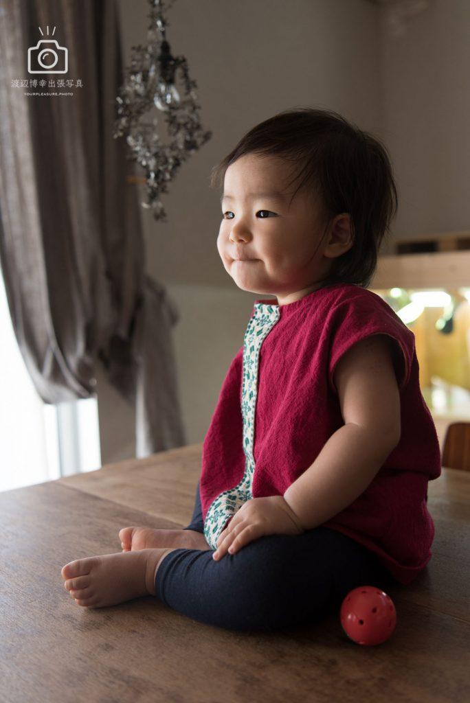 テーブルの上に座る幼い女の子