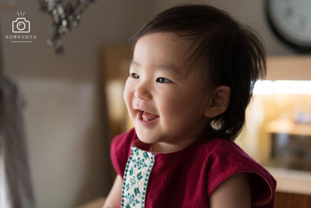 笑顔の幼い女の子