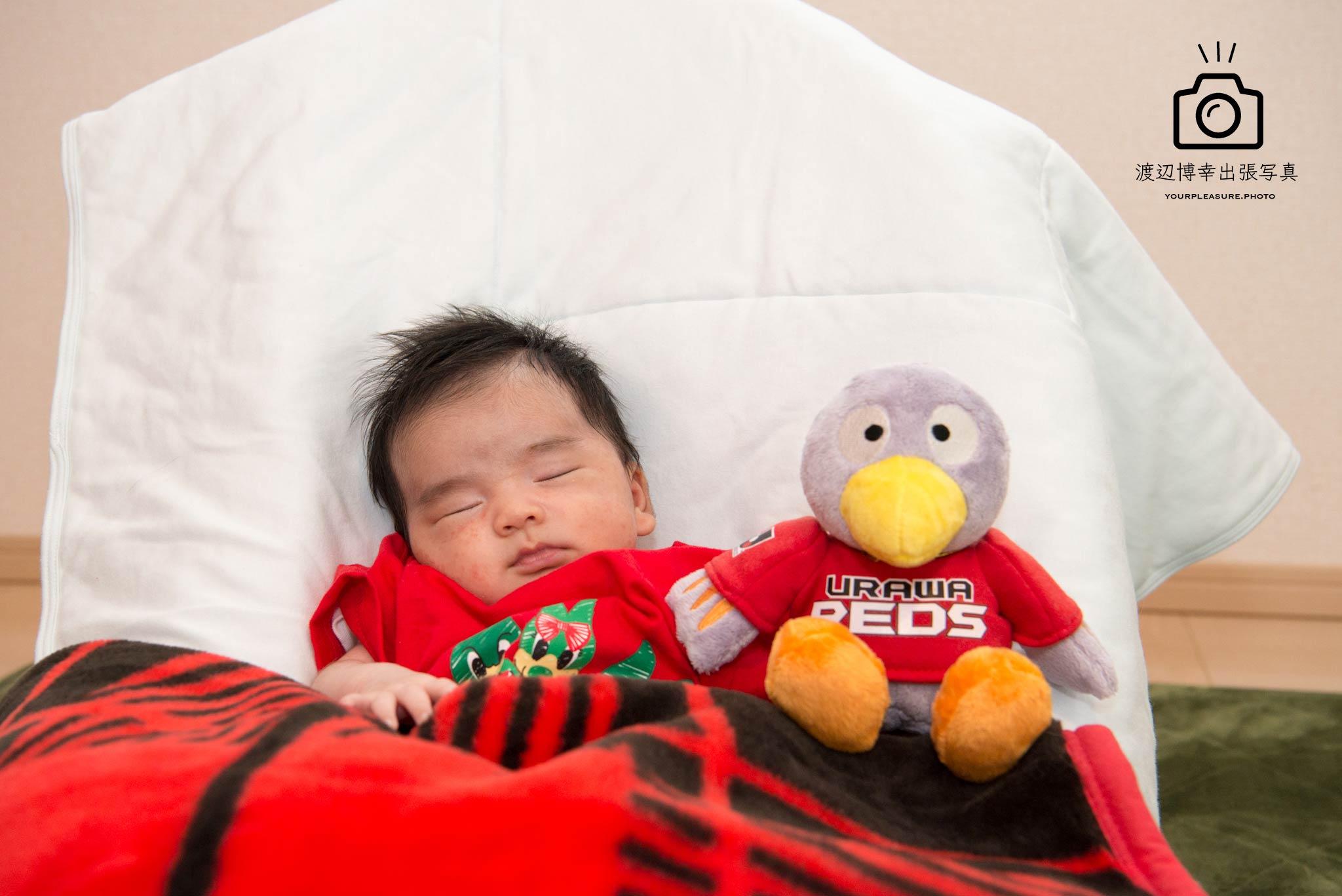 浦和レッズのマスコットと赤ちゃん