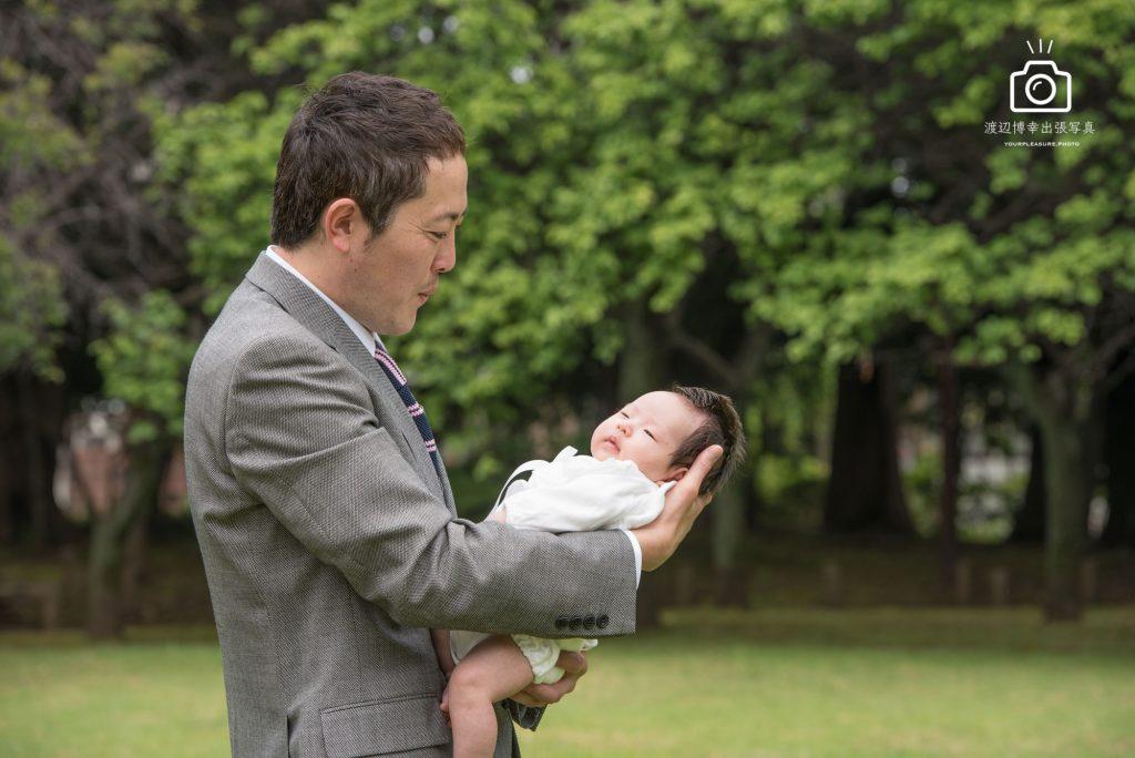 お宮参りで赤ちゃんを抱くパパ
