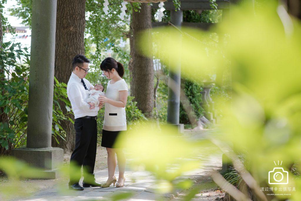 越谷香取神社でお宮参りをする夫婦