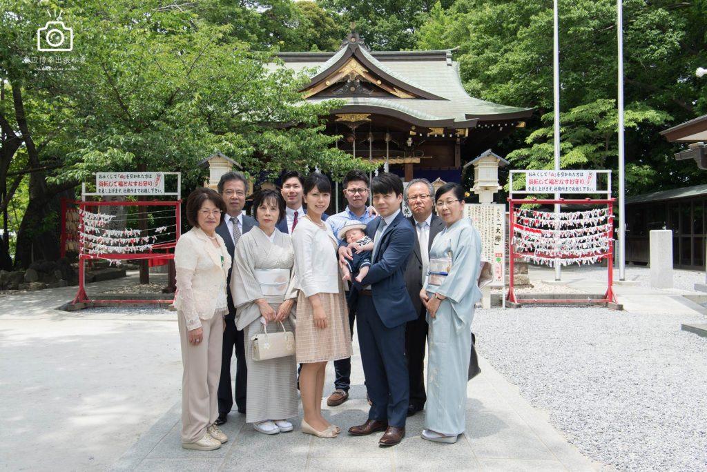 神社の前で記念撮影をする家族