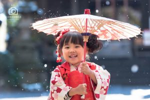 雨粒がの中和傘をさす七五三の女の子