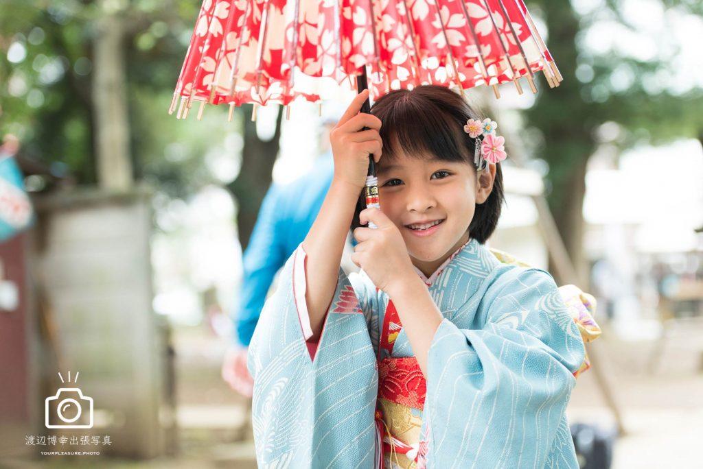 和傘で遊ぶ七五三の女の子