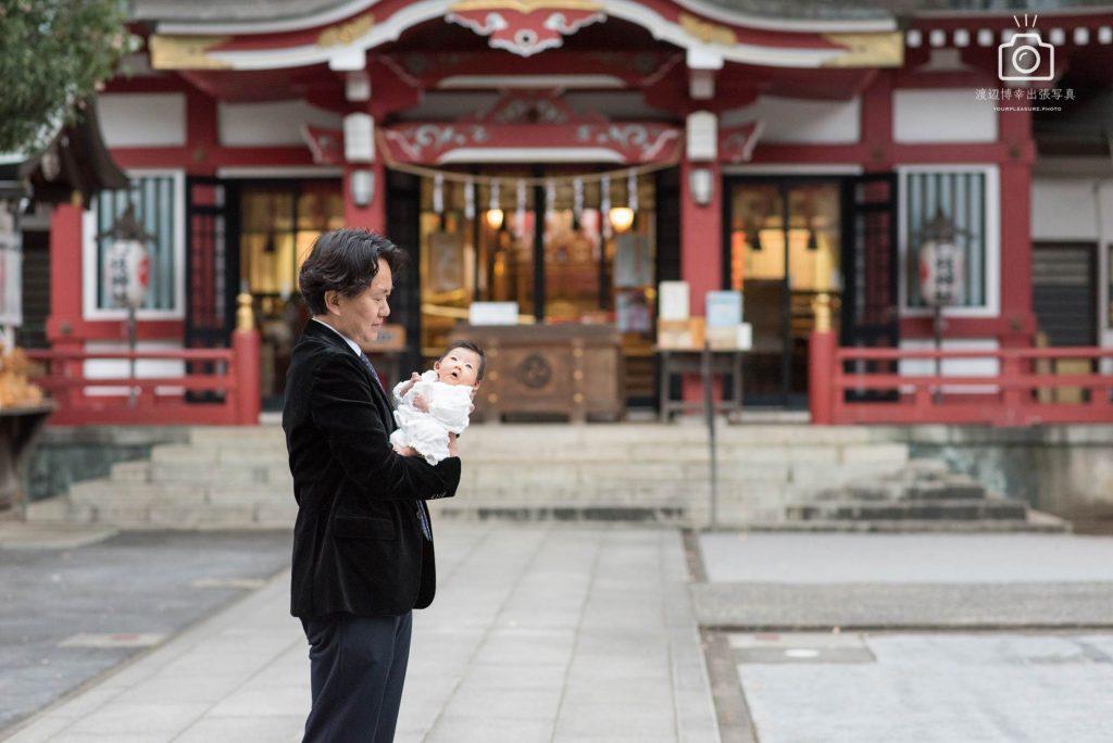 水天宮の境内前のパパと赤ちゃん