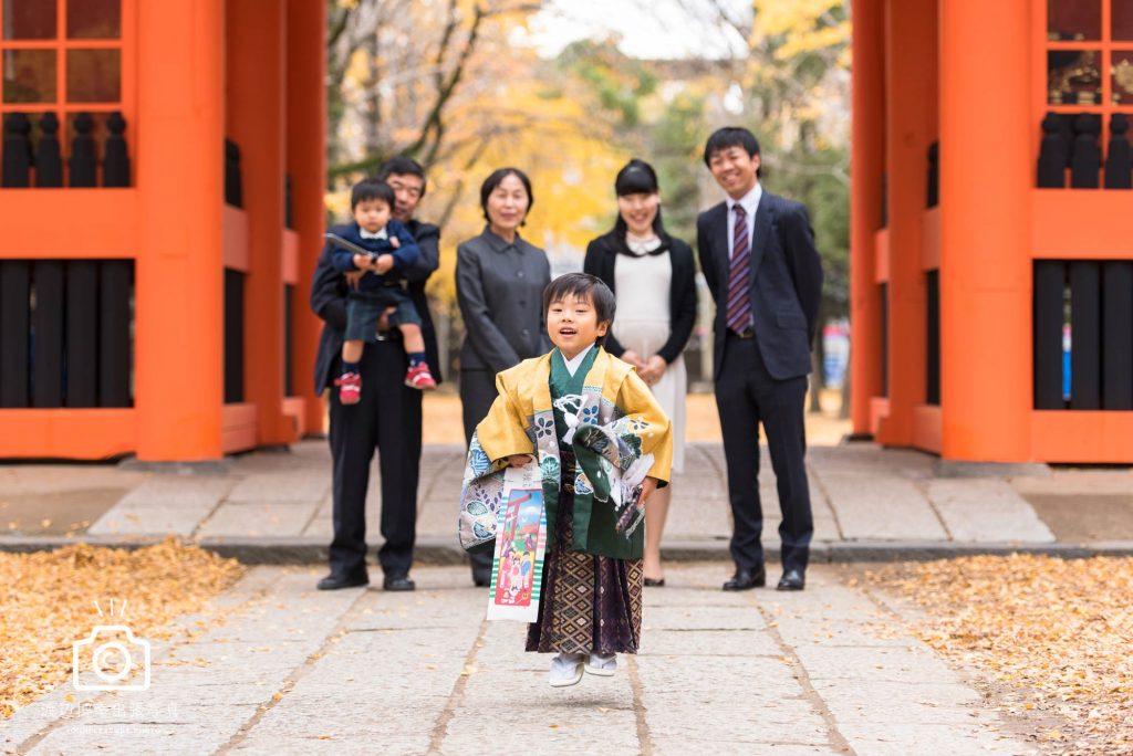 市川市葛飾八幡宮で七五三の写真撮影をする家族