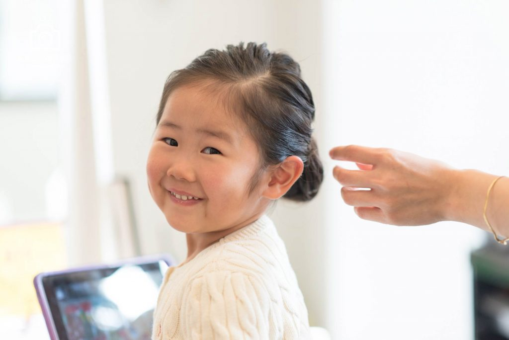 美容室で髪をセットする女の子