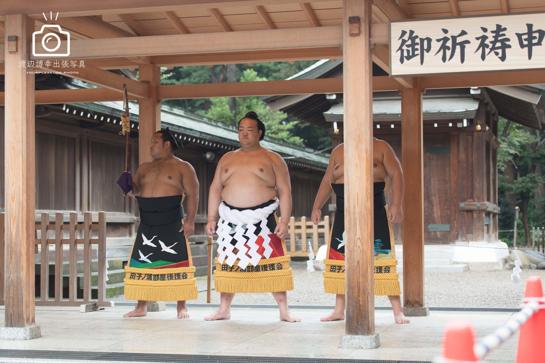 立っている稀勢の里と両側にいるお付きのお相撲さん
