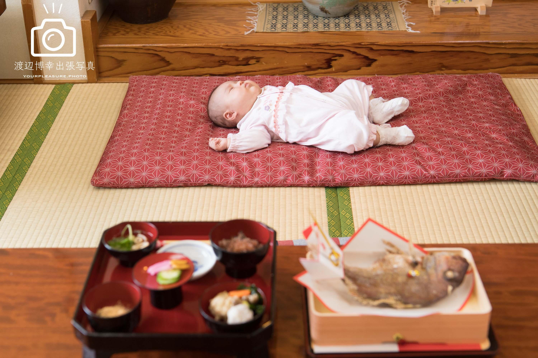 座敷に寝転ぶ赤ちゃん