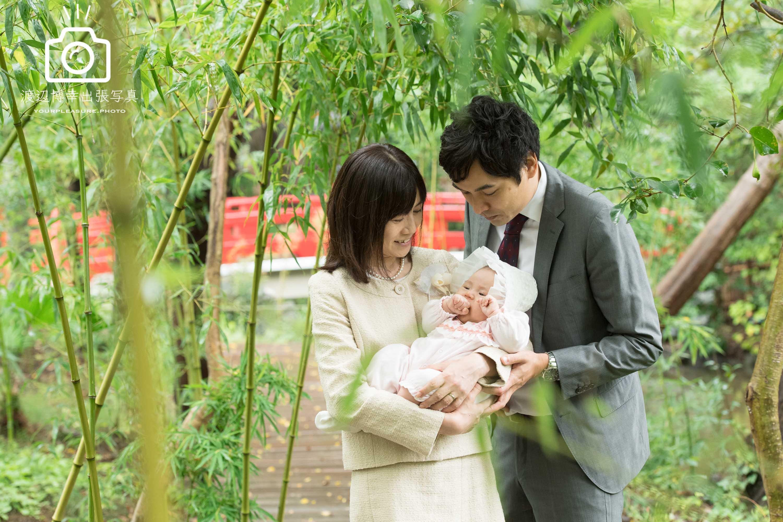 笹林の中で赤ちゃんを抱っこする夫婦