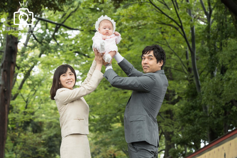 赤ちゃんを両手で持ち上げる夫婦