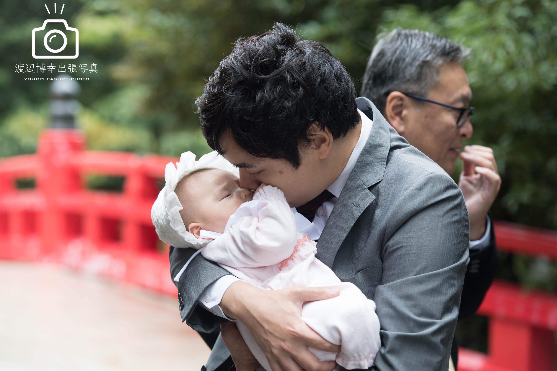 赤ちゃんを抱っこしてキスをするパパ